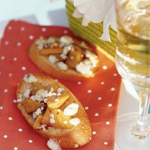 Peaches crostini with blue cheese
